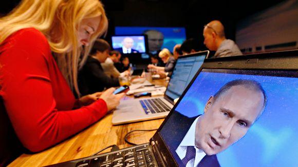 Venäläisiä toimittajia lehdistökeskuksessa.