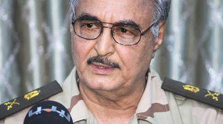 20. toukokuuta julkaistu valokuva kenraali Khalifa Haftarista Abyarin kaupungissa pidetystä lehdistötilaisuudessa.