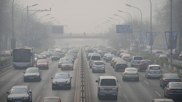 Autoja ruuhkassa savusumun keskellä.