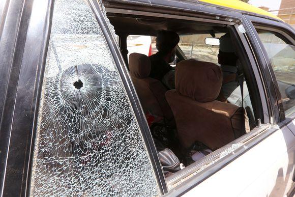 Luodinreikä taksin ikkunassa, jossa suomalaiset avustustyöntekijät surmattiin Heratissa, Afganistanissa 24. heinäkuuta 2014.