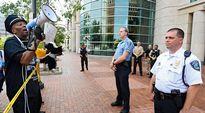 Mielenosoittajia oikeustalon edessä Claytonissa, jossa käsiteltiin Fergusonissa surmatun Michael Browin tapausta 21. elokuuta.