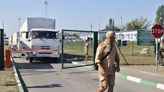Venäläisiä avustusrekkoja rajalla.