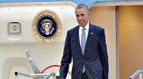 Barack Obama astuu lentokoneesta