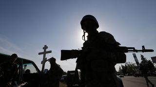 Ukrainan Azov -pataljoonan sotilaat pitivät taukoa taisteluiden jälkeen tarkastuspisteellä Mariupolissa, Ukrainassa torstaina.