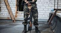 Ukrainan armeijan sotilas piteli asettaan vahingoittuneen talon katolla Avdeevkan kaupungissa, lähellä Donetskia maanantaina 8. syyskuuta.