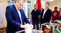 Krimin päämies Sergei Aksjonov äänestämässä sunnuntaina Simferopolissa.