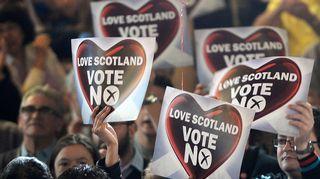"""Skotlannin itsenäistymistä vastustavat pitivät """"Ei"""" -kylttejä Glasgowssa, Skotlannissa keskiviikkona."""