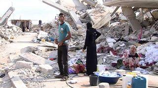 Video: Palestiinalaisperhe tuhotun talon vierellä Gazan kaistalla.