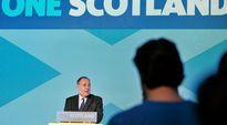 Alex Salmond puhui kannattajilleen kansanäänestyksen tuloksesta Edinburghissa perjantaiaamuna.