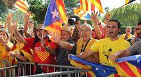 Katalonian itsenäisyyden kannattajat odottivat kokouksen tuloksia parlamenttitalon edustalla Barcelonassa perjantaina.