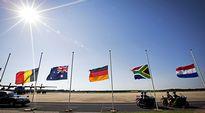 Belgian, Australian, Saksan, Etelä-Afrikan ja Hollannin liput puolitangossa Eindhovenin lentotukikohdassa Hollannissa.