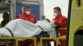 Video: potilasta nostetaan paareilla lentokoneeseen