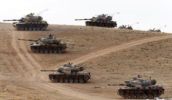 Turkkilaisia panssarivaunuja vartioimassa Syyrian vastaisella rajalla 29. syyskuuta 2014.