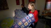 Opiskelijat siirtävät patjaa tukholmalaisessa asunnossa.