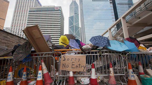 Mielenosoittajien rakentama barrikadi Hongkongin keskustassa.