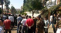 Ihmisjoukko on kokoontunut kadulle lähelle kaksoispommi-iskun tapahtumapaikkaa.
