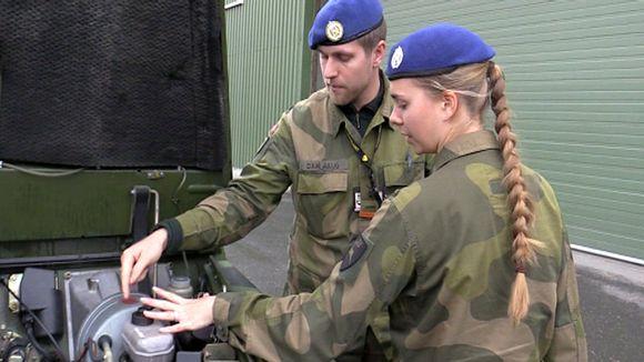Norjalainen naissotilas Malin Borge tarkistamassa auton moottoria kollegansa kanssa Rustan sotilastukikohdassa.