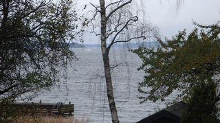 Yksityishenkilön ottama kuva, jossa näkyy sukellusveneeksi epäilty tuntematon esine.