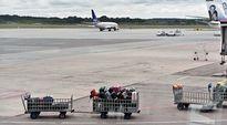 Lentokone ja matkatavaroita Arlandan lentokentällä.