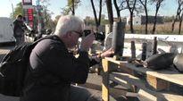 Human Rights Watchin tutkija Mark Hiznay kuvaamassa pommeja Itä-Ukrainassa.