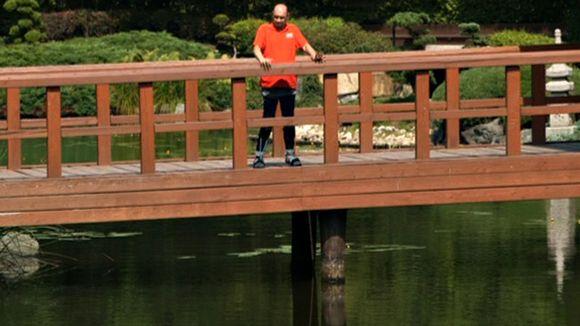 Video: Darek Fidyka seisoo sillalla.