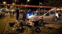 Israelin poliisi tutkii junapysäkillä olleiden ihmisten päälle ajaneen miehen autoa Jerusalemissa.