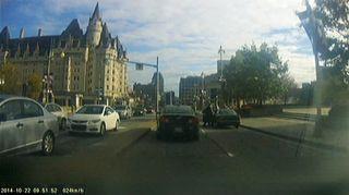 Video: Epäillyksi ampujaksi oletettu henkilö ampuja nousee väärinpysäköityyn autoonsa Ottawan Wellington Streetillä.