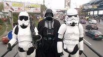 Video: Darth Aleksejevitš Vader pyrkii Ukrainan parlamenttiin ja kampanjoi Kiovan kaduilla Tähtien sota -elokuvien konnaksi pukeutuneena.