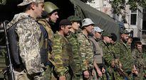 Venäjä-mielisiä kapinallisia rivissä asemapaikallaan lähellä Donetskin kansainvälistä lentokenttää, Itä-Ukrainassa 9. lokakuuta.