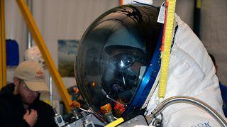 Mies valkoisessa avaruuspuvussa.