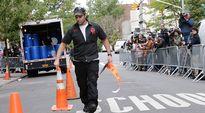 Mies asettelee kadulle varoitustörppöjä.