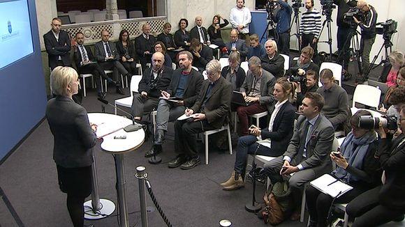 Ruotsin ulkoministeri Margot Wallström kertoo tiedotustilaisuudessa Tukholmassa 30. lokakuuta, että maan hallitus päätti tunnustaa Palestiinan valtion.