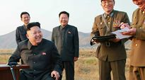 Kim Jong-un ja upseereita.