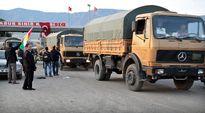 Irakin kurdien peshmerga-taistelijoita ylittämässä Turkin ja Syyrian välisen rajan.