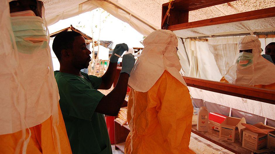 Suomalainen sairaanhoitaja ebola alueella Kamalinta on ambulanssin oven avaa