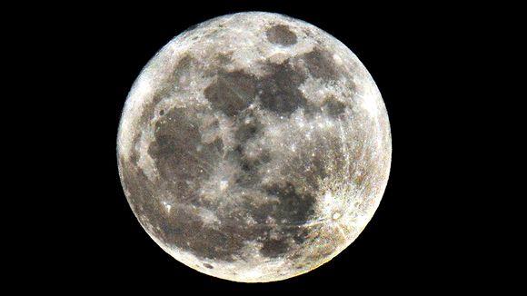 Kuu kuvattuna Lontoon taivaalla.