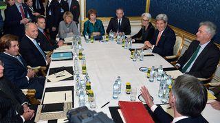 Ranskan ulkoministeri Laurent Fabius (vas.), Eu:n edustaja Catherine Ashton (kesk.), Yhdysvaltain ulkoministeri John Kerry (oik.) ja Britannian ulkoministeri Philip Hammond (alhaalla) neuvottelivat Iranin ydinohjelman tulevaisuudesta Wienissä, Itävallassa perjantaina 21. marraskuuta.