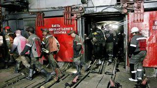 Kaivostyöläiset tulossa ulos kaivoksesta.
