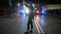Mielenosoittajat kokoontuvat Fergusonissa.