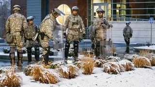 Missourin kansalliskaartilaiset päivystävät poliisin päämajan edustalla Fergusonissa.