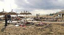 Video: Ihmiset katselevat rannalla pienikokoisen tornadon aiheuttamia tuhoja.