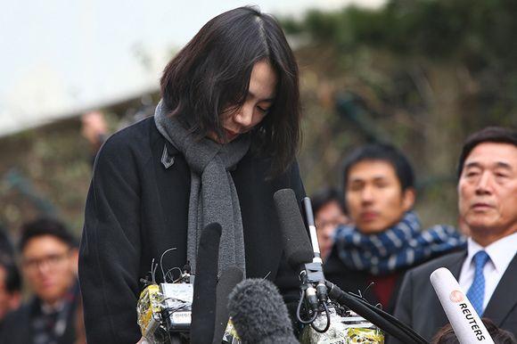 Cho Hyun-Ah katuvana tiedostusvälineiden edessä 12. joulukuuta 2014.