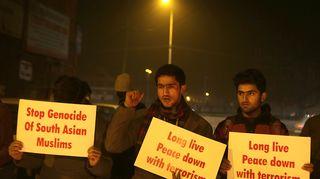 Kashmirilaisia opiskelijoita kynttilämielenosoituksessa Talibania vastaan Srinagarissa keskiviikkona.
