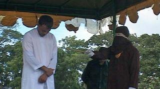 Video: Indonesialaismies kärsii julkisen raipparangaistuksen.