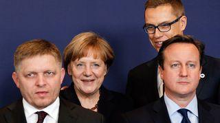 Alexander Stubb ryhmäkuvassa Angela Merkelin, David Cameronin ja Robert Ficon kanssa.