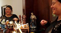 Libanonilainen Rita Chemaly sytyttää kynttilöitä jouluseimiasetelmaan