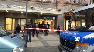 KaDeWe-tavaratalon ovi ja sen edessä poliisiautoja.