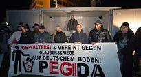 Pedigan johtaja Lutz Bachmann (takana) piti puhetta mielenosoituksen aikana Dresdenissä 8. joulukuuta.