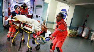 Laivalta pelastetuja tuodaan Antonio Perrinon sairaalaan.