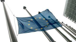 Lippu puolitangossa Euroopan komission Berlaymont-rakennuksen edessä.